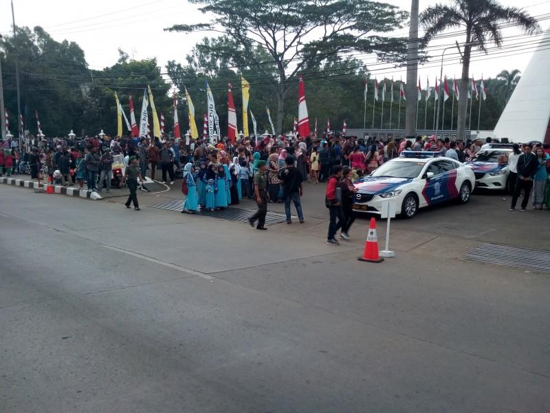 Presiden Jokowi Berikan Cinderamata, Warga Jatinangor Senang