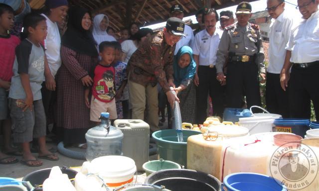 Krisis Air, Warga Mengais Genangan Air Sungai Cihonje