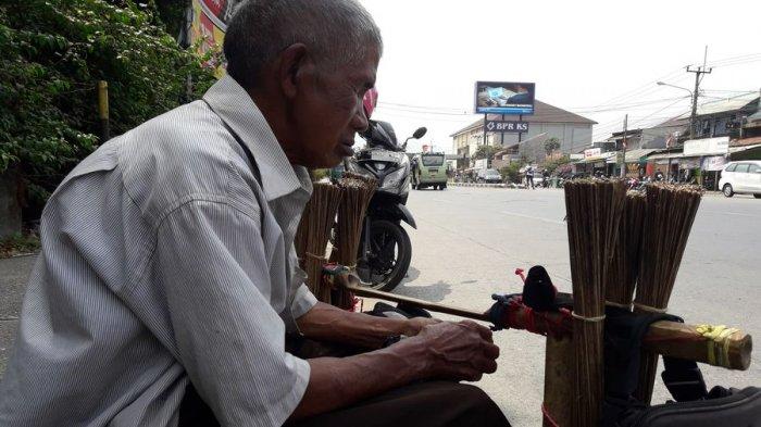 Malang Nian! Kakek Buta Ini Mengaku Uangnya Dicuri Saat Sedang Berdagang Sapu Lidi