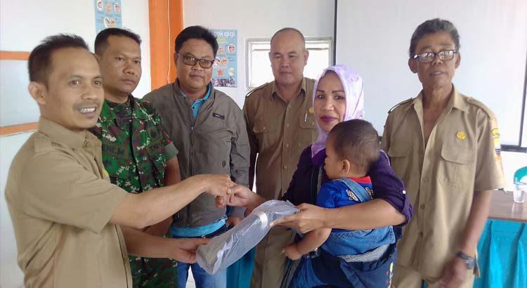 Desa Cipacing Bagikan Paket Sekolah