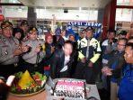 Buruh di Sumedang Diberi Kejutan, Dapat Hadiah Tumpeng dan Kue Ulang Tahun dari Dua Kapolres