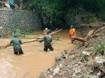 Pascabanjir, Aparat Gabungan di Jatinangor Bersihkan Sungai Cikeruh