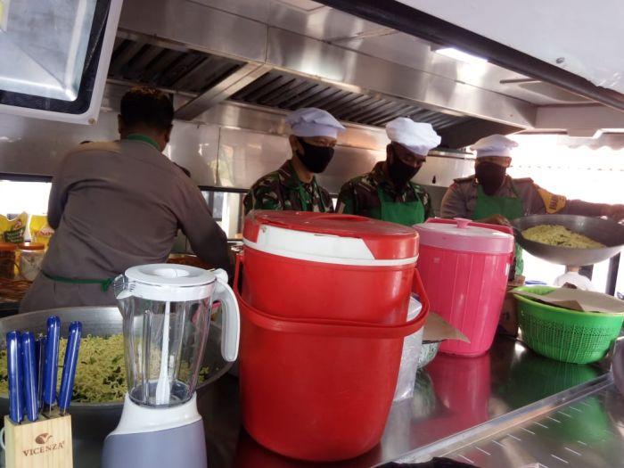 Brimob Berkolobarosi Dengan TNI Bangun Dapur Umum di Jatinangor