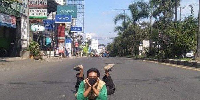 Cerita Warga Jatinangor Berfoto Santai di Tengah Jalan yang Sepi