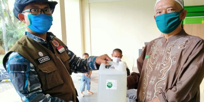 Unpad Bagikan Ratusan Liter Disinfektan dan Hand Sanitizer