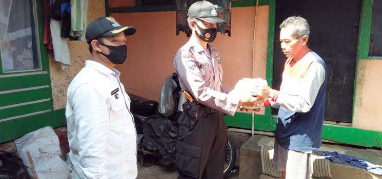 TNI-Polri Kembali Salurkan Sembako Kepada Warga Terdampak Covid-19 di Sumedang