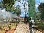 Cegah Penyebaran Corona, Brimob Jabar Semprotkan Disinfektan di Masjid Daarul Ma'arif IPDN