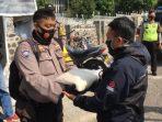 Polsek Jatinangor Bagikan Puluhan Paket Beras Khusus Ojek Terdampak Covid-19