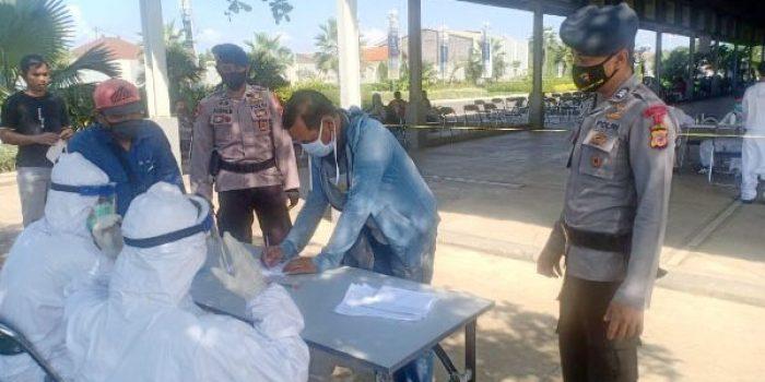 Sukseskan Vaksinasi Covid-19, Personel Brimob Jabar Pantau Prokes Vaksin Massal